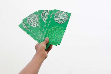 """Geldpaket als Hari Raya Geschenk für Ramadan und Eid al-Fitri Feier. """"Salam Aidilfitri"""" Text in Arabisch und Malaiisch übersetzt in Englisch als """"Eid al-Fitr"""" Standard-Bild"""