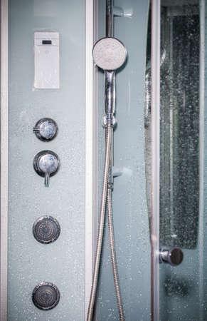 cabine de douche: Moderne cabine de douche dans la salle de coin