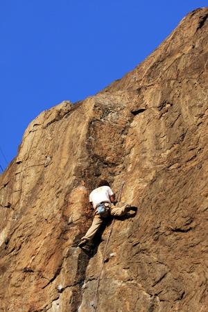 Uomo � arrampicata su roccia