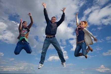 gruppo di ragazzi stanno saltando