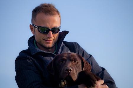 Guy con un cane labrador
