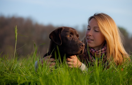 mujer perro: mujer joven y un perro labrador Foto de archivo