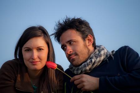 giovane coppia romantica con un fiore