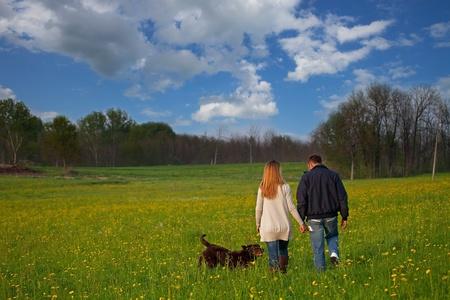romantico giovane coppia nel parco