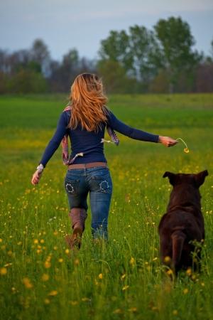 mujer perro: chica joven correr en el parque con un perro