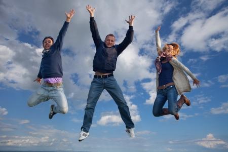 glädje: grupp killar hoppar
