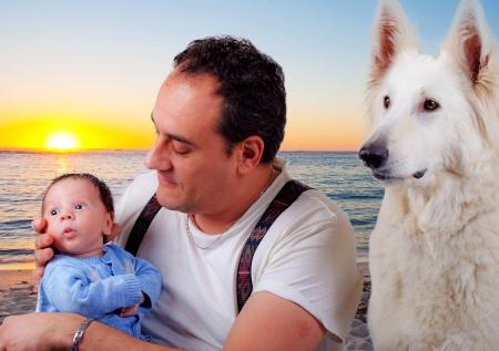 white shepherd dog: Pap? e bambino con un cane pastore svizzero bianco Archivio Fotografico