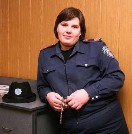warden: Un guardi�n de prisi�n femenina en uniforme con las llaves en mano  Foto de archivo