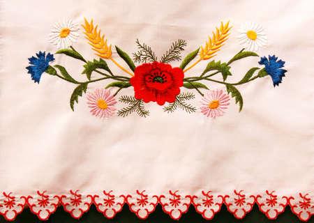 gestickt: Ukrainischen bestickt Handtuch mit Klatschmohn und Kornblumen