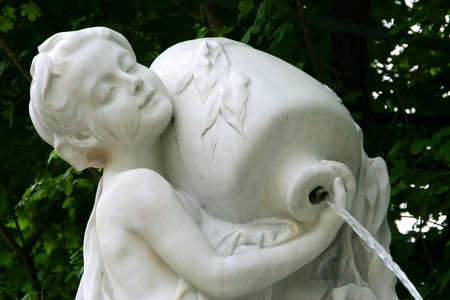 blindly: La escultura del ni�o ciego en un hombro que sostiene una jarra de la que brota agua en Volksgarten