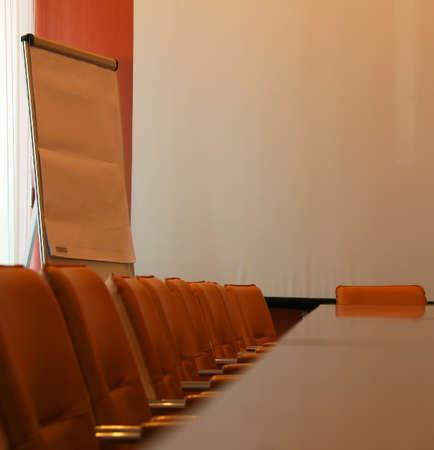 p�rim�tre: Longue table pour les r�unions avec les chaises autour du p�rim�tre
