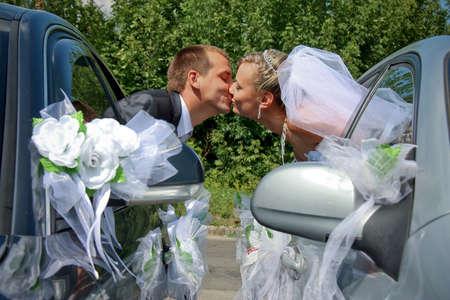 pareja de esposos: Pareja apasionada casados ??bes�ndose con ventanas de coche Foto de archivo