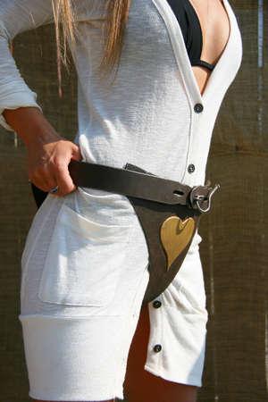 白いドレスで、女性の貞操帯