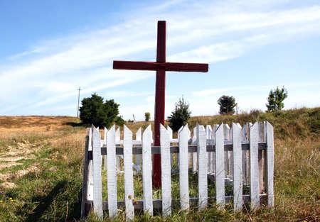 memorial cross: Memorial Cross in campo nel luogo in cui i soldati ucraini sono morti nella seconda guerra mondiale