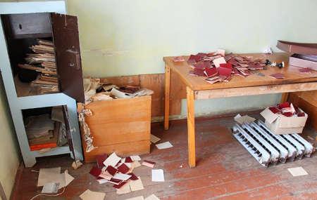 cooperativa: TSMINY, Ucrania - 17 de octubre: abrir una caja fuerte y documentos esparcidos sobre la mesa son el suelo de la oficina de cooperaci�n agr�cola en Tsminy, Ucrania el 17 de octubre de 2013.