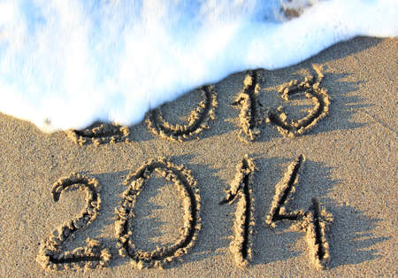 Feliz A�o Nuevo 2014 en lugar de 2013 el concepto de la playa del mar photo