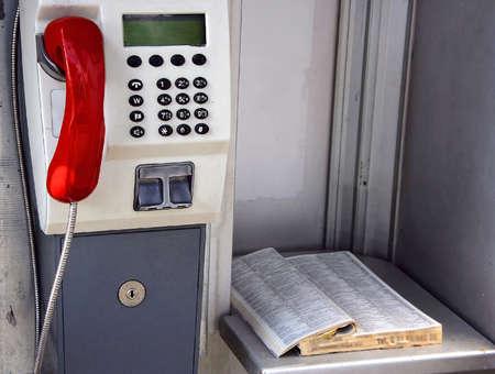 directorio telefonico: Cabina telef�nica y un directorio de tel�fono antiguo en caja de llamada