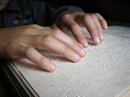 braille: Dedos y niño ciego braille leen un libro en braille