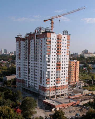 multilevel: Sede di lavoro con la gru edificio industriale multipiano highrise