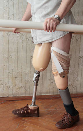 overcoming adversity: Male prosthesis wearer training in a special interior area Stock Photo