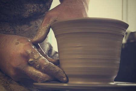 alfarero: Manos del alfarero en el trabajo. Poca profundidad de campo.