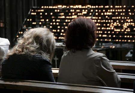 mujeres orando: Mujeres rezando en la iglesia cat�lica