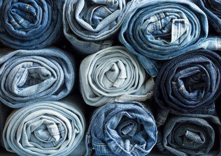 mezclilla: Vaqueros rollo de mezclilla azul dispuestas en pila Foto de archivo