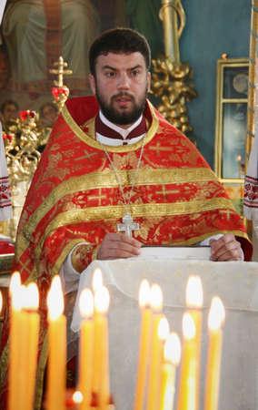 sotana: LUTSK, Ucrania - 02 de noviembre - sacerdote ortodoxo durante las oraciones de vacaciones en Lutsk el 02 noviembre, 2008.