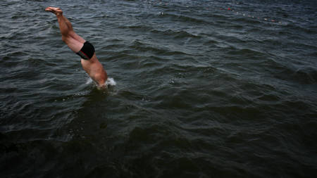 plunging: Young man plunging into the water Stock Photo