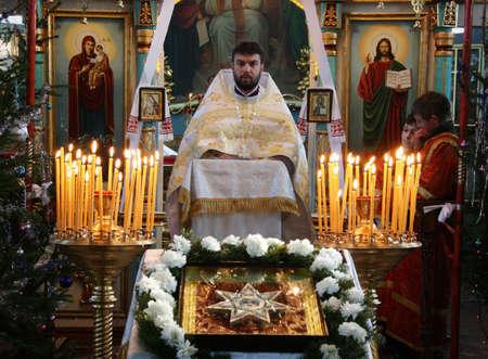 sotana: VOYUTYN, Ucrania - 08 de enero: sacerdote ortodoxo durante la misa de Navidad en Voyutyn martes, 08 de enero, 2009. Editorial