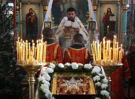 sotana: VOYUTYN, Ucrania - 08 de enero: sacerdote ortodoxo y poco sacristanes durante las oraciones de vacaciones en Voyutyn el 08 enero, 2009.