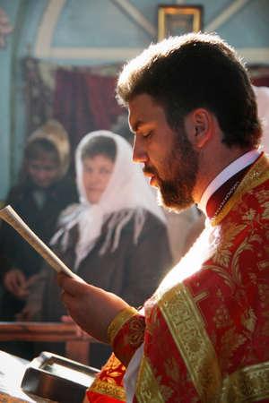 sotana: LUTSK, UKRAINE - NOVEMBER 02 - Orthodox priest during holiday prayers in Lutsk on November 02, 2008.