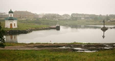 memorial cross: Alexander capilla en la orilla de la bahía de Bienestar y Memorial cruz en la niebla de la mañana Foto de archivo