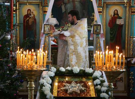 sotana: VOYUTYN, UKRAINE - 08 JANUARY 2009: Orthodox priest during Christmas service Editorial