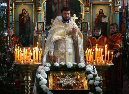 sotana: VOYUTYN, Ucrania - 08 enero de 2009: sacerdote ortodoxo y poco sacristanes durante las oraciones del día de fiesta Editorial