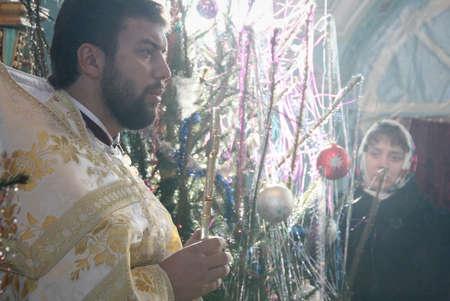 sotana: VOYUTYN, Ucrania - 08 enero de 2009: sacerdote ortodoxo durante el servicio de Navidad