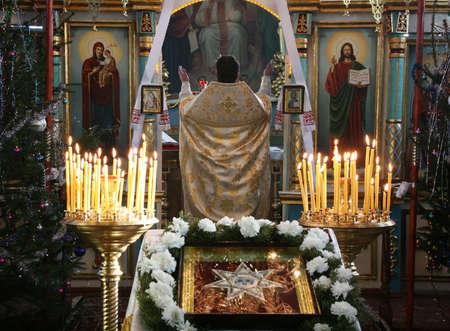 sotana: VOYUTYN, UKRAINE - JANUARY 08: Orthodox priest during Christmas service in Voyutyn on January 08, 2009.