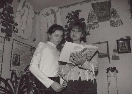 スタラ、ウクライナ - 2008 年 12 月 23 日: 女性および女の子の学校で聖書を読む 写真素材 - 86656981