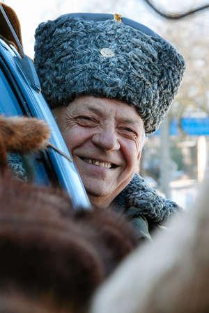 ZABOLOTTIA, OEKRA�NE - 20 januari 2009: Man in Papakha op lokale markt in de winter Redactioneel