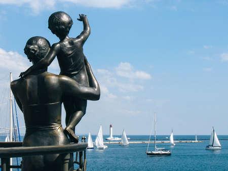 Monument voor vrouwenzeeman in zeehaven Odessa, de Oekraïne
