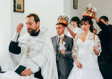 Lutsk, Volyn  Ukraine - August 30 2009: Wedding in Orthodox church 新聞圖片