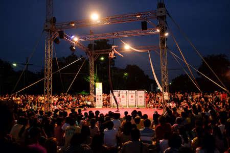 multitud gente: Muchas personas que buscan espect�culo de calle de un emocionante show.It en Bangkok Tailandia