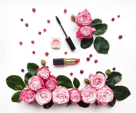 装飾的なフラットには、化粧品、花のコンポジションが横たわっていた。白い背景の上のトップ ビュー 写真素材