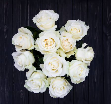 rosas blancas: Perfect bouquet of creme luxurious roses for wedding, birthday or Valentines day. Black old wooden background, top view, flat lay