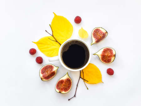 Tasse de café du matin lumineux avec des figues et des framboises. Décoration d'automne: feuilles et branches jaunes. Plat poser, vue de dessus, vue d'en haut