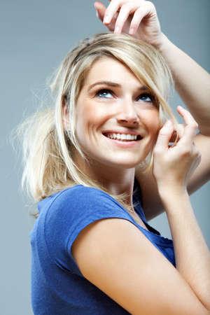 zerzaust: Verspielt sch�ne Frau mit zerzausten blonden Haaren