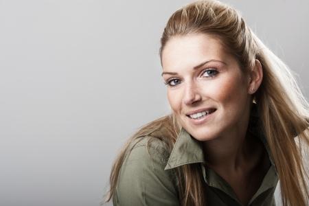 cabelo amarrado: Mulher bonita com longos cabelos loiros e firmemente atadas para tr