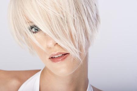 jaunty: Primer plano el retrato de una bella mujer rubia de pelo corto