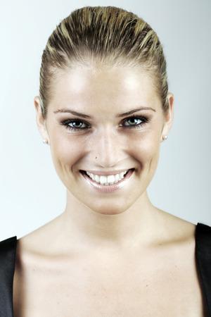cabelo amarrado: Mulher loura bonita com o cabelo amarrado para tr Banco de Imagens