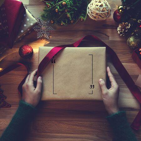 크리스마스 선물 및 포장 용지의 오버 헤드 샷